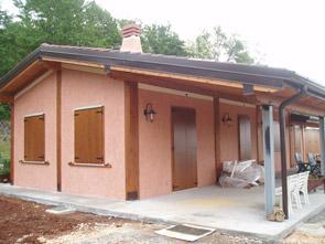 Realizzazione prefabbricati e bungalow edil garden for Ville con portico in legno